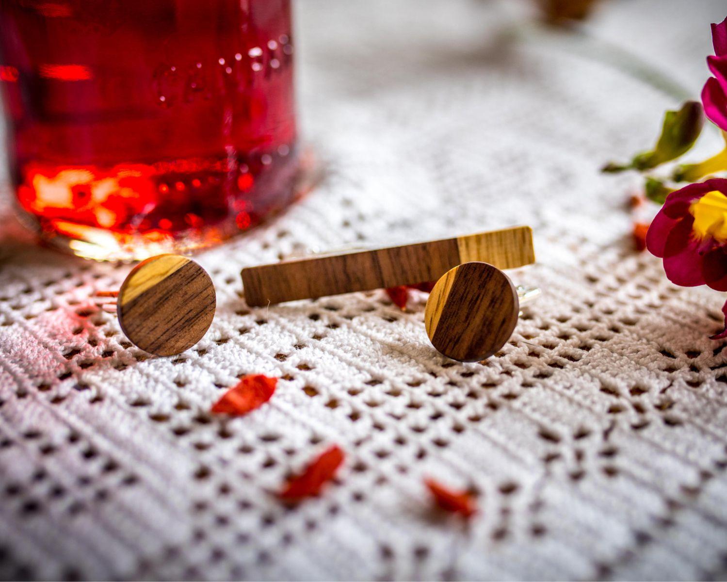 Χειροποίητα μανικετόκουμπα και clips γραβάτας dion&felle, φτιαγμένα από συνδυασμό φυσικών ξύλων.
