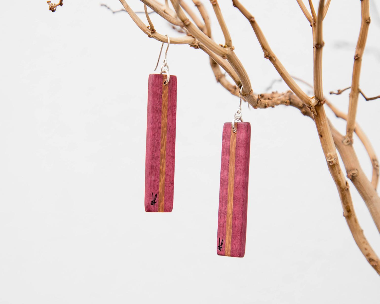 Χειροποίητα σκουλαρίκια dionfelle, φτιαγμένα από συνδυασμό φυσικών ξύλων pau rosa και purple heart. Από τη συλλογή Lines.