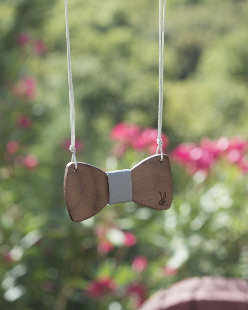Χειροποίητο κολιέ dion&felle, φτιαγμένο από φυσικό ξύλο καρυδιάς, συνδυασμένο με φυσικό δέρμα, από τη συλλογή Papillons.