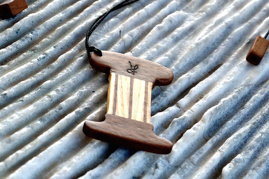 Χειροποίητο αρχαιοελληνικό κολιέ dion&felle, φτιαγμένο από συνδυασμό φυσικών ξύλων καρυδιάς και φράξου, από τη συλλογή Idέa. Αρχαιοελληνικός κίονας  ιωνικού ρυθμού.