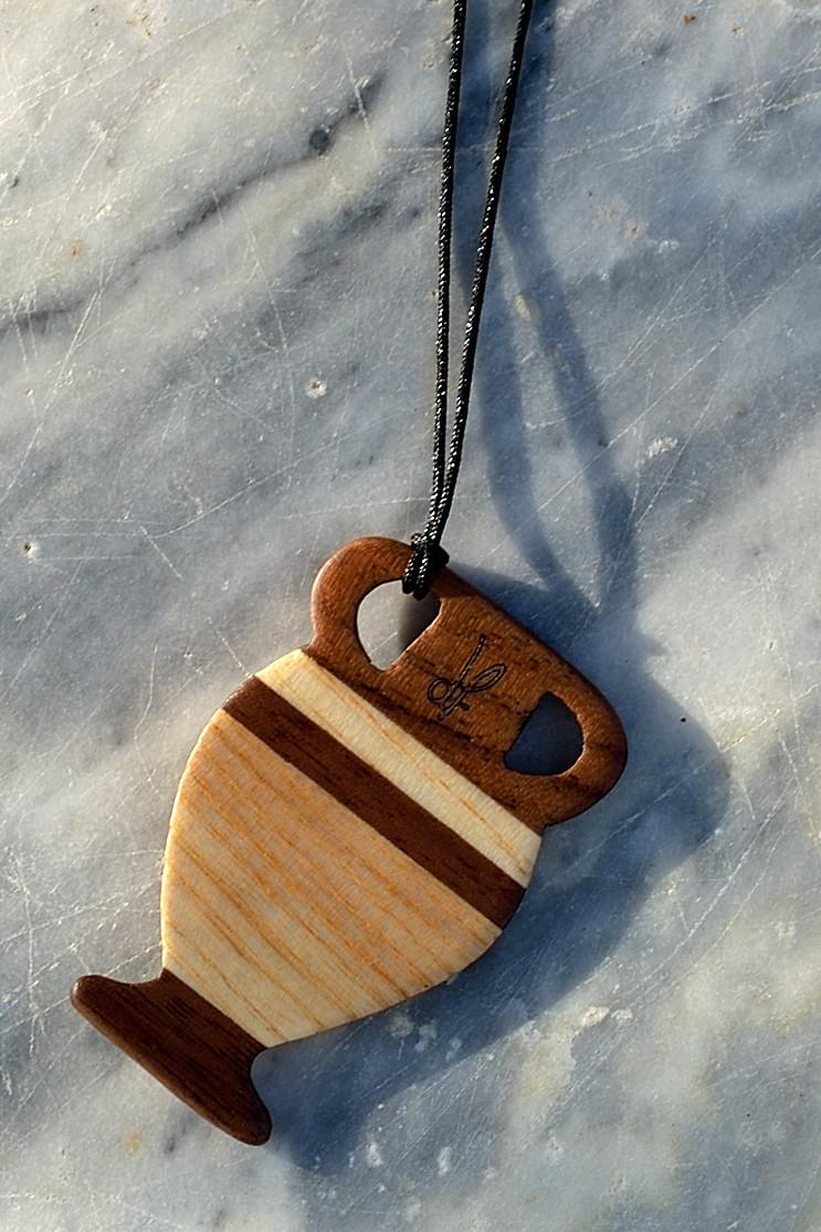 Χειροποίητο αρχαιοελληνικό κολιέ dion&felle, φτιαγμένο από συνδυασμό φυσικών ξύλων καρυδιάς και φράξου, από τη συλλογή Idέa. Αρχαιοελληνικός αμφορέας.
