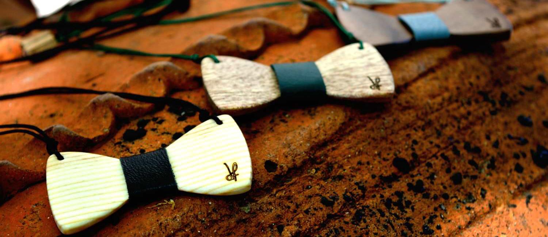 Χειροποίητα κολιέ dion&felle, φτιαγμένα από φυσικά ξύλα πεύκου, meranti και καρυδιάς, συνδυασμένα με γνήσιο δέρμα, από τη συλλογή Papillons.