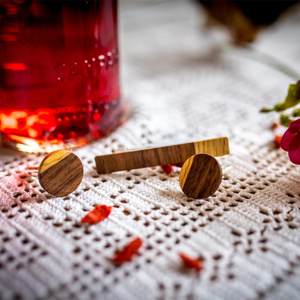 Χειροποίητα μανικετόκουμπα και clips γραβάτας dion&felle, φτιαγμένα από συνδυασμό φυσικών ξύλων καρυδιάς και λίμπα.