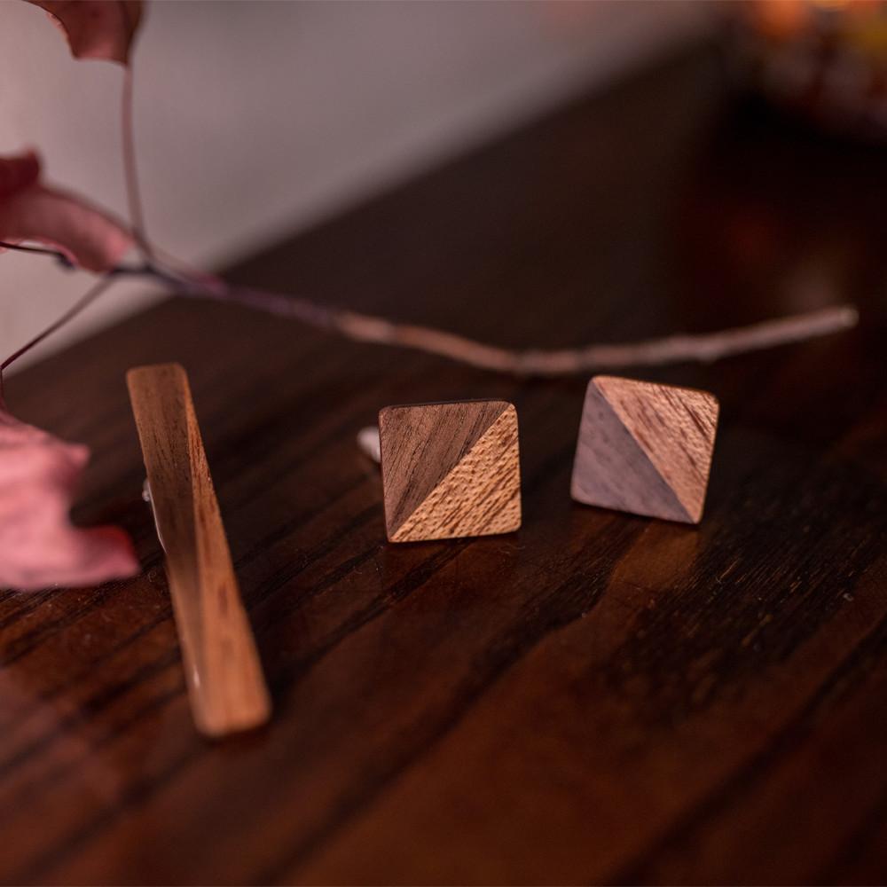 Χειροποίητα μανικετόκουμπα και clips γραβάτας dion&felle, φτιαγμένα από συνδυασμό φυσικών ξύλων καρυδιάς και μεράντι.