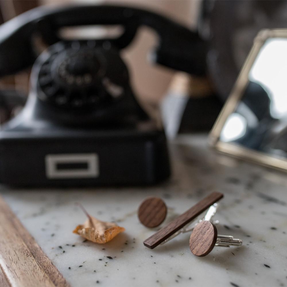 Χειροποίητα μανικετόκουμπα και clips γραβάτας dion&felle, φτιαγμένα από φυσικό ξύλο καρυδιάς.