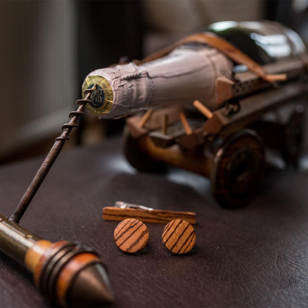Χειροποίητα μανικετόκουμπα και clips γραβάτας dion&felle, φτιαγμένα από φυσικό ξύλο Zebrano.