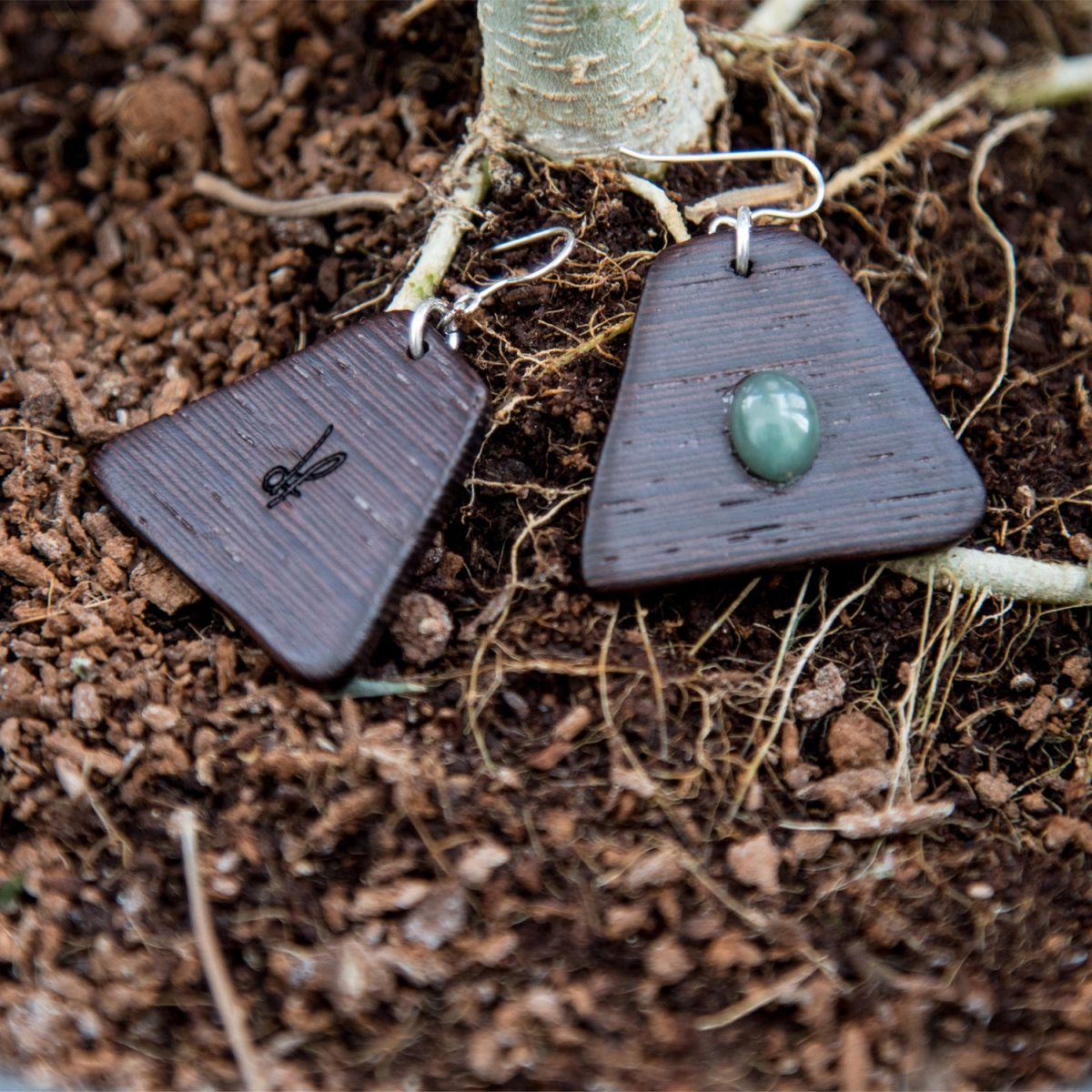 Σκουλαρίκια dion&felle από τη συλλογή Element. Χειροποίητα σκουλαρίκια από φυσικό ξύλο Wenge και φυσικό ημιπολύτιμο λίθο Αβεντουρίνη, το στοιχείο της γης.