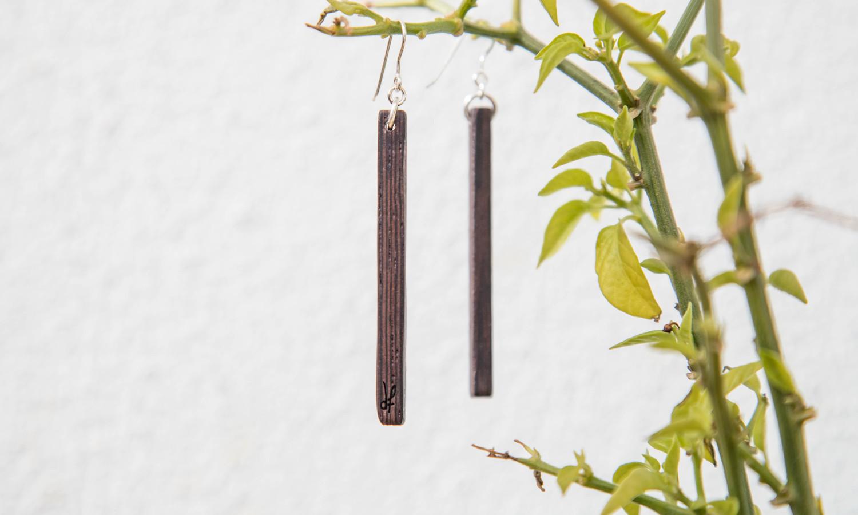 Χειροποίητα σκουλαρίκια dion&felle φτιαγμένα από φυσικό ξύλο Wenge και ασήμι 925, από τη συλλογή Lines.