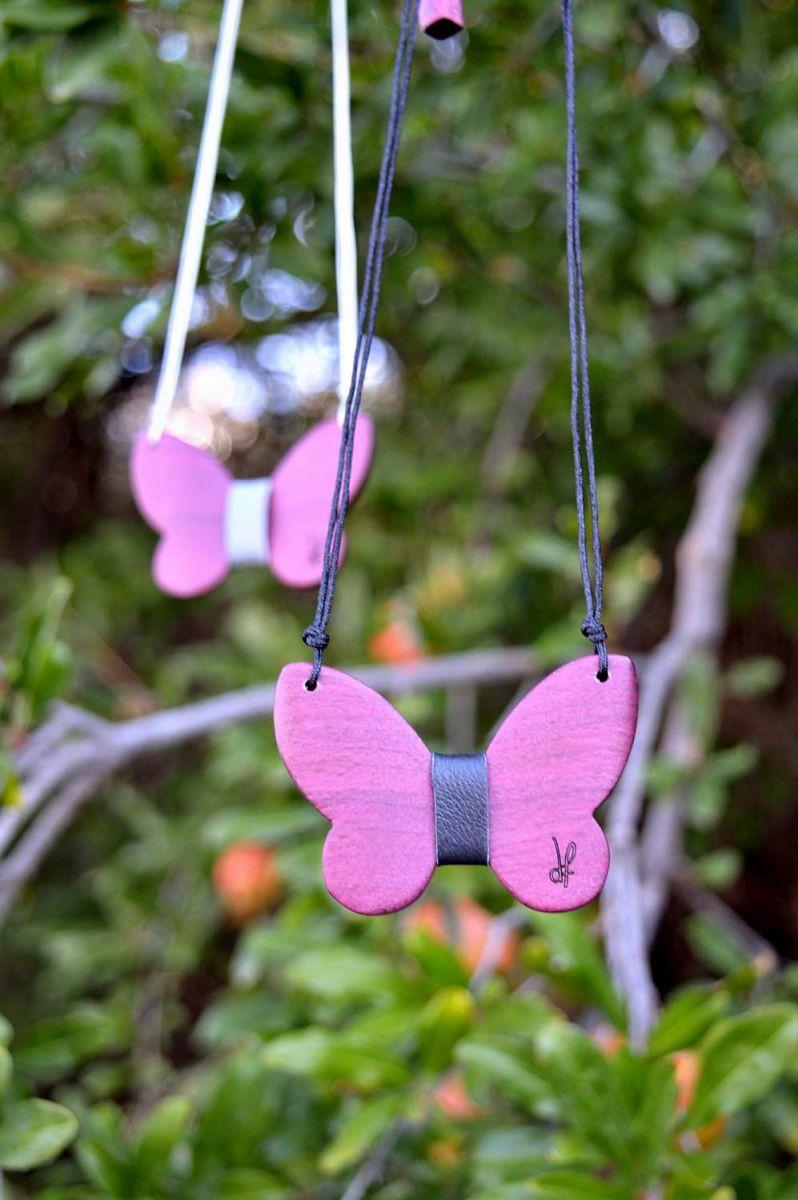 Χειροποίητο κολιέ πεταλούδα dionfelle, φτιαγμένο από φυσικό ξύλο purple heart και γνήσιο δέρμα, από τη συλλογή Purity. Butterfly