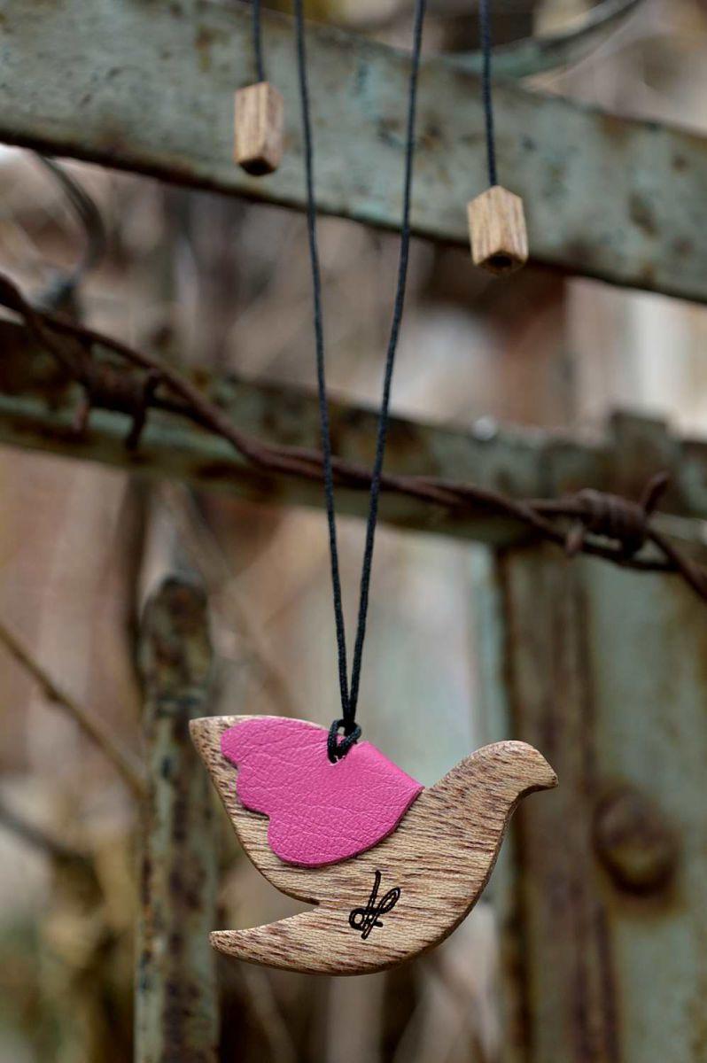 Χειροποίητο κολιέ περιστέρι, dionfelle, φτιαγμένο από φυσικό ξύλο meranti και γνήσιο δέρμα, από τη συλλογή Purity. Dove