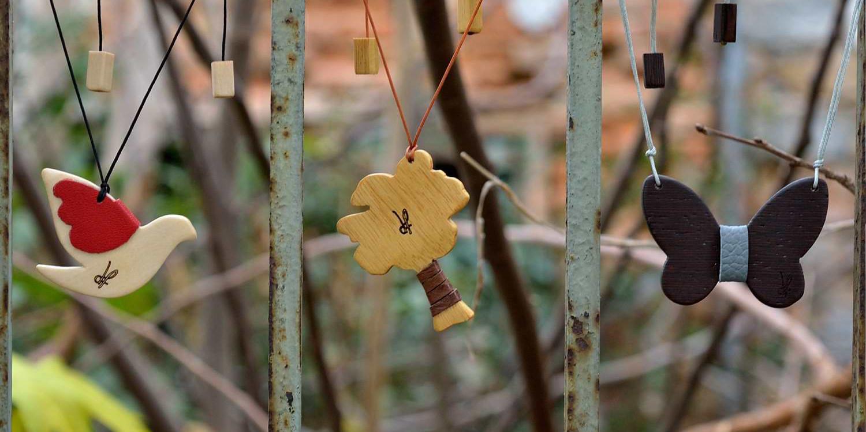 Χειροποίητα κολιέ dionfelle από τη συλλογή Purity, φτιαγμένα από φυσικά είδη ξύλων και γνήσιο δέρμα. Περιστέρι, Δέντρο, Πεταλούδα